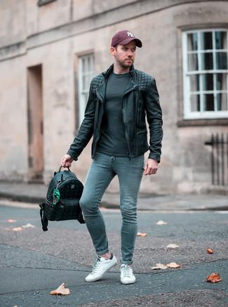 Wie kombinieren: schwarze Leder Bikerjacke, dunkelgraues Langarmshirt, graue enge Jeans, weiße Leder niedrige Sneakers
