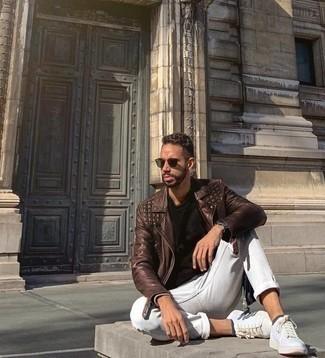 Dunkelgrüne Sonnenbrille kombinieren: trends 2020: Paaren Sie eine braune Leder Bikerjacke mit einer dunkelgrünen Sonnenbrille für einen entspannten Wochenend-Look. Setzen Sie bei den Schuhen auf die klassische Variante mit weißen Leder niedrigen Sneakers.