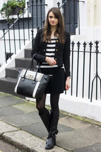 Wie kombinieren: schwarze Bikerjacke, weißes und schwarzes horizontal gestreiftes Langarmshirt, schwarzer Samt Minirock, schwarze kniehohe Stiefel aus Leder