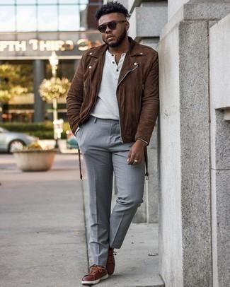 Weißes Langarmshirt mit einer Knopfleiste kombinieren – 44 Herren Outfits: Perfektionieren Sie den modischen Freizeitlook mit einem weißen Langarmshirt mit einer Knopfleiste und einer hellblauen Anzughose. Braune Leder niedrige Sneakers verleihen einem klassischen Look eine neue Dimension.
