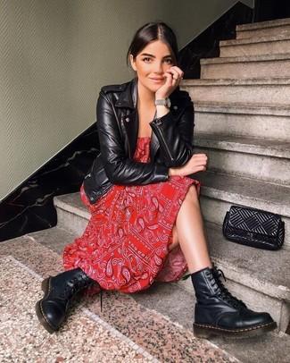 Wie kombinieren: schwarze Leder Bikerjacke, rotes Maxikleid mit Paisley-Muster, schwarze flache Stiefel mit einer Schnürung aus Leder, schwarze gesteppte Leder Clutch