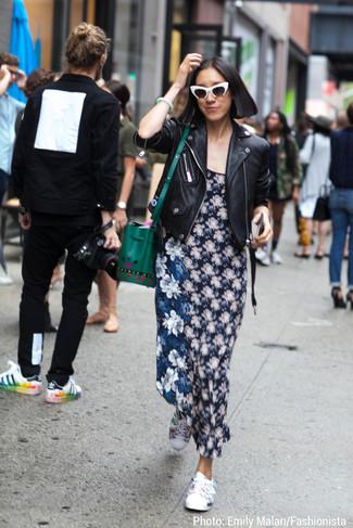 Wie kombinieren: schwarze Leder Bikerjacke, dunkelblaues Maxikleid mit Blumenmuster, weiße niedrige Sneakers mit Blumenmuster, grüne Leder Beuteltasche