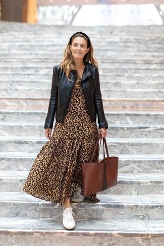 Schwarze Leder Bikerjacke kombinieren: Paaren Sie eine schwarze Leder Bikerjacke mit einem beige Maxikleid mit Leopardenmuster - mehr brauchen Sie nicht, um einen perfekten Casual-Look zu zaubern. Komplettieren Sie Ihr Outfit mit weißen Segeltuch niedrigen Sneakers.