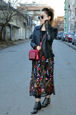 Halten Sie Ihr Outfit locker mit einer schwarzen gesteppten leder bikerjacke und einer schwarzen netzstrumpfhose. Fühlen Sie sich mutig? Entscheiden Sie sich für schwarzen beschlagenen leder stiefeletten.