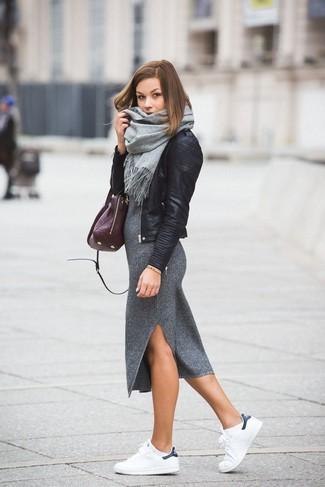 Graues Midikleid kombinieren – 17 Damen Outfits: Paaren Sie ein graues Midikleid mit einer schwarzen Leder Bikerjacke für einen bequemen Casual-Look, das außerdem gut zusammen passt. Fühlen Sie sich ideenreich? Entscheiden Sie sich für weißen Leder niedrige Sneakers.
