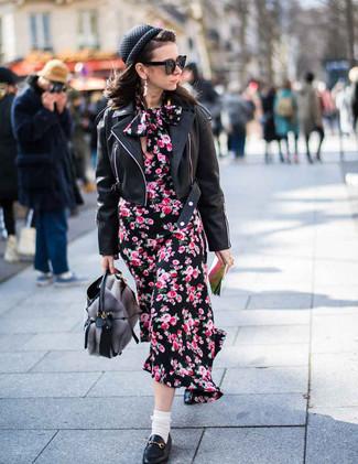 Wie kombinieren: schwarze Leder Bikerjacke, schwarzes Midikleid mit Blumenmuster, schwarze Leder Slipper, graue Shopper Tasche aus Pelz
