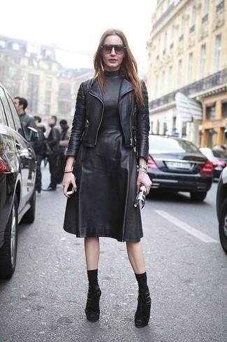 Wie kombinieren: schwarze Leder Bikerjacke, schwarzes Midikleid aus Leder, schwarze Wildleder Stiefeletten mit Ausschnitten, schwarze Socke