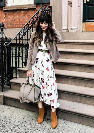 Wie kombinieren: graue Wildleder Bikerjacke, weißes Midikleid mit Blumenmuster, rotbraune Wildleder Stiefeletten, graue Shopper Tasche aus Leder