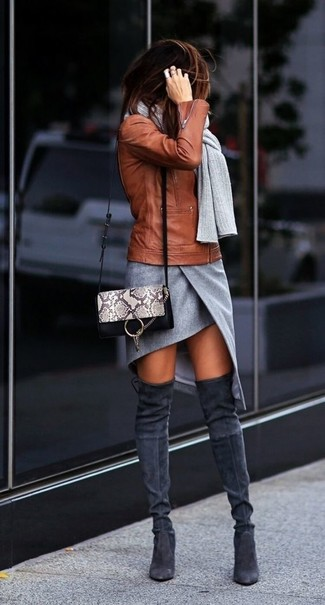 Wie kombinieren: rotbraune Leder Bikerjacke, grauer Minirock mit Schlitz, dunkelgraue Overknee Stiefel aus Wildleder, graue Leder Umhängetasche mit Schlangenmuster