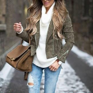 Wie kombinieren: olivgrüne Wildleder Bikerjacke, weißer Pullover mit einer weiten Rollkragen, hellblaue enge Jeans mit Destroyed-Effekten, braune Satchel-Tasche aus Leder