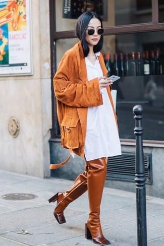 Wie kombinieren: orange Wildleder Bikerjacke, weißes Shirtkleid, rotbraune Overknee Stiefel aus Leder, schwarze Sonnenbrille