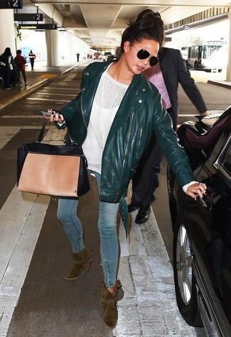 Wie kombinieren: dunkelgrüne Leder Bikerjacke, weißer Oversize Pullover, hellblaue enge Jeans, olivgrüne Wildleder Stiefeletten