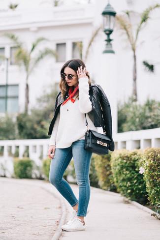Wie kombinieren: schwarze gesteppte Leder Bikerjacke, weißer Strick Oversize Pullover, blaue enge Jeans, weiße niedrige Sneakers