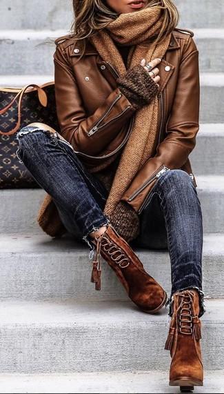 Wie kombinieren: braune Leder Bikerjacke, dunkelbrauner Oversize Pullover, dunkelblaue enge Jeans mit Destroyed-Effekten, braune Schnürstiefeletten aus Wildleder