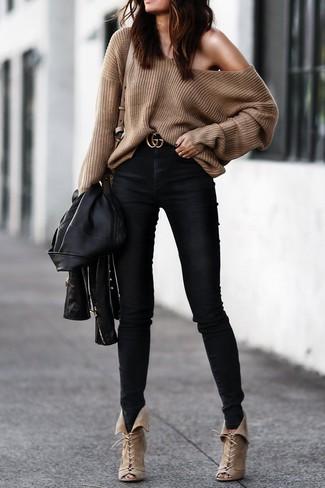 Wie kombinieren: schwarze Leder Bikerjacke, brauner Oversize Pullover, schwarze enge Jeans, hellbeige Schnürstiefeletten aus Wildleder