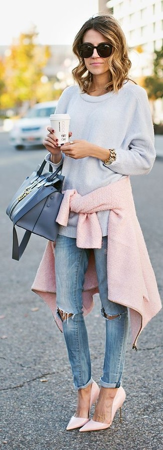 Wie kombinieren: rosa Wollbikerjacke, hellblauer Oversize Pullover, hellblaue enge Jeans mit Destroyed-Effekten, rosa Leder Pumps