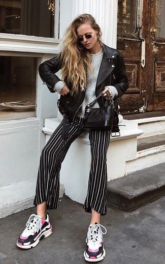 Weiße Sportschuhe kombinieren – 122 Damen Outfits: Die Kombination aus einer schwarzen Leder Bikerjacke und einer schwarzen und weißen vertikal gestreiften weiter Hose schafft die richtige Balance zwischen Funktion und Stil. Wenn Sie nicht durch und durch formal auftreten möchten, vervollständigen Sie Ihr Outfit mit weißen Sportschuhen.
