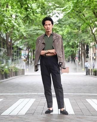 Schwarze Cargohose kombinieren – 65 Herren Outfits: Tragen Sie eine braune Wildleder Bikerjacke und eine schwarze Cargohose für einen bequemen Alltags-Look. Ergänzen Sie Ihr Outfit mit schwarzen Wildleder Slippern, um Ihr Modebewusstsein zu zeigen.
