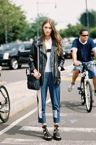 Paaren Sie eine schwarze leder bikerjacke mit blauen jeans mit flicken, um einen schicken, glamurösen Look zu erhalten. Fühlen Sie sich mutig? Wählen Sie schwarzen römersandalen aus leder.