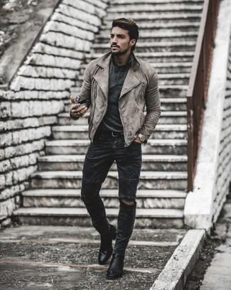 Dunkelgraue Jeans mit Destroyed-Effekten kombinieren – 153 Herren Outfits: Für ein bequemes Couch-Outfit, kombinieren Sie eine graue Wildleder Bikerjacke mit dunkelgrauen Jeans mit Destroyed-Effekten. Fühlen Sie sich mutig? Vervollständigen Sie Ihr Outfit mit schwarzen Chelsea Boots aus Leder.