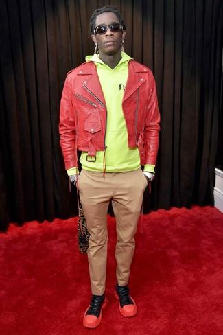 Wie kombinieren: rote Leder Bikerjacke, gelbgrüner Pullover mit einem Kapuze, beige Chinohose, rote und schwarze Sportschuhe