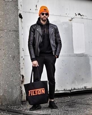 Schwarze Chinohose kombinieren: trends 2020: Kombinieren Sie eine schwarze Leder Bikerjacke mit einer schwarzen Chinohose, um mühelos alles zu meistern, was auch immer der Tag bringen mag. Fühlen Sie sich mutig? Entscheiden Sie sich für schwarzen Sportschuhe.