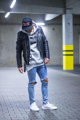 Hellblaue enge Jeans mit Destroyed-Effekten kombinieren: trends 2020: Entscheiden Sie sich für eine schwarze Leder Bikerjacke und hellblauen enge Jeans mit Destroyed-Effekten für einen entspannten Wochenend-Look. Entscheiden Sie sich für weißen niedrige Sneakers, um Ihr Modebewusstsein zu zeigen.