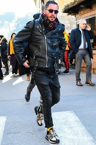Wie kombinieren: schwarze Leder Bikerjacke, schwarzer Pullover mit einem Kapuze, schwarze enge Jeans, schwarze und weiße Sportschuhe