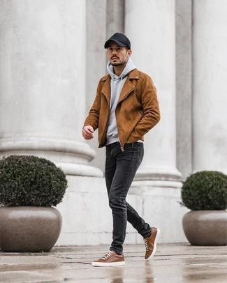 Goldene Uhr kombinieren – 1092+ Herren Outfits: Erwägen Sie das Tragen von einer rotbraunen Wildleder Bikerjacke und einer goldenen Uhr für einen entspannten Wochenend-Look. Braune Leder niedrige Sneakers sind eine einfache Möglichkeit, Ihren Look aufzuwerten.