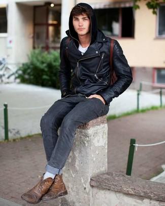 Dunkelroten Leder Rucksack kombinieren: Für ein bequemes Couch-Outfit, erwägen Sie das Tragen von einer schwarzen Leder Bikerjacke und einem dunkelroten Leder Rucksack. Schalten Sie Ihren Kleidungsbestienmodus an und machen eine braune Lederfreizeitstiefel zu Ihrer Schuhwerkwahl.