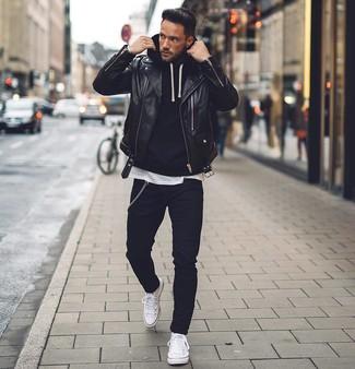 Wie kombinieren: schwarze Leder Bikerjacke, schwarzer Pullover mit einem Kapuze, weißes T-Shirt mit einem Rundhalsausschnitt, schwarze enge Jeans