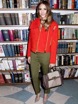 Wie kombinieren: rote Wollbikerjacke, weißer und schwarzer gepunkteter Pullover mit einem Rundhalsausschnitt, olivgrüne Anzughose, graue Leder Pumps