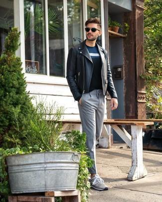 Wie kombinieren: schwarze Leder Bikerjacke, dunkelblauer horizontal gestreifter Pullover mit einem Rundhalsausschnitt, graue vertikal gestreifte Anzughose, graue niedrige Sneakers