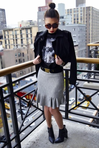 Wie kombinieren: schwarze Bikerjacke, schwarzer bedruckter Pullover mit einem Rundhalsausschnitt, grauer Bleistiftrock, schwarze Leder Stiefeletten