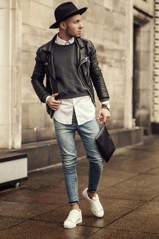 Dunkelgrauen Pullover mit einem Rundhalsausschnitt kombinieren: trends 2020: Paaren Sie einen dunkelgrauen Pullover mit einem Rundhalsausschnitt mit hellblauen engen Jeans, um mühelos alles zu meistern, was auch immer der Tag bringen mag. Weiße niedrige Sneakers sind eine großartige Wahl, um dieses Outfit zu vervollständigen.