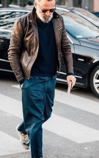 Herren Outfits & Modetrends 2020 für Herbst: Arbeitsreiche Tage verlangen nach einem einfachen, aber dennoch stylischen Outfit, wie zum Beispiel eine dunkelbraune Leder Bikerjacke und eine dunkeltürkise Chinohose. Wenn Sie nicht durch und durch formal auftreten möchten, komplettieren Sie Ihr Outfit mit hellbeige Sportschuhen. Der Look wird zu Herbst pur.
