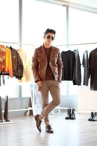 Braune Leder Bikerjacke kombinieren: trends 2020: Kombinieren Sie eine braune Leder Bikerjacke mit einer beige Chinohose für ein großartiges Wochenend-Outfit. Komplettieren Sie Ihr Outfit mit braunen Leder Derby Schuhen, um Ihr Modebewusstsein zu zeigen.