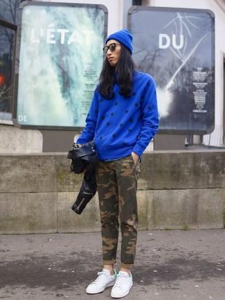 Wie kombinieren: schwarze Leder Bikerjacke, blauer gepunkteter Pullover mit einem Rundhalsausschnitt, olivgrüne Camouflage Chinohose, weiße niedrige Sneakers