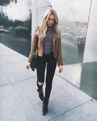 Wie kombinieren: braune Leder Bikerjacke, schwarzer und weißer horizontal gestreifter Pullover mit einem Rundhalsausschnitt, schwarze enge Jeans mit Destroyed-Effekten, schwarze Leder Stiefeletten