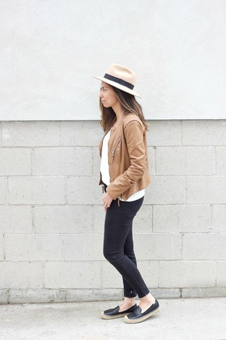Wie kombinieren: beige Leder Bikerjacke, weißer Pullover mit einem Rundhalsausschnitt, schwarze enge Jeans, schwarze Leder Espadrilles
