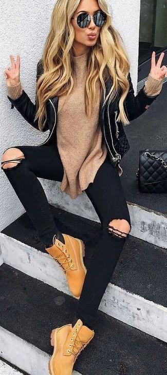 Entscheiden Sie sich für Komfort in einer schwarzen gesteppten Leder Bikerjacke und schwarzen engen Jeans mit Destroyed-Effekten. Beige Nubuk flache Stiefel mit einer Schnürung fügen sich nahtlos in einer Vielzahl von Outfits ein.