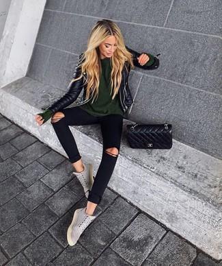 Wie kombinieren: schwarze gesteppte Leder Bikerjacke, olivgrüner Pullover mit einem Rundhalsausschnitt, schwarze enge Jeans mit Destroyed-Effekten, graue hohe Sneakers aus Wildleder