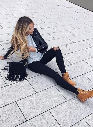 Grauen Pullover mit einem Rundhalsausschnitt kombinieren – 49 Lässige Damen Outfits: Kombinieren Sie einen grauen Pullover mit einem Rundhalsausschnitt mit schwarzen engen Jeans mit Destroyed-Effekten, umeinen lockeren Look zu erhalten, der im Kleiderschrank der Frau nicht fehlen darf. Rotbraune flache Stiefel mit einer Schnürung aus Wildleder sind eine perfekte Wahl, um dieses Outfit zu vervollständigen.