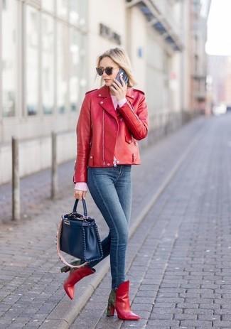 Wie kombinieren: rote Leder Bikerjacke, rosa Pullover mit einem Rundhalsausschnitt, dunkelblaue enge Jeans, rote Leder Stiefeletten