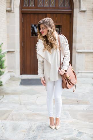 Wie kombinieren: hellbeige Bikerjacke, hellbeige Pullover mit einem Rundhalsausschnitt, weiße enge Jeans, hellbeige Leder Pumps