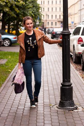 Wie kombinieren: rotbraune Leder Bikerjacke, schwarzer verzierter Pullover mit einem Rundhalsausschnitt, dunkelblaue enge Jeans, schwarze niedrige Sneakers