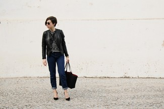 Wie kombinieren: schwarze Leder Bikerjacke, schwarzer und weißer horizontal gestreifter Pullover mit einem Rundhalsausschnitt, dunkelblaue Jeans, schwarze Wildleder Pumps