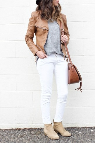 Wie kombinieren: beige Leder Bikerjacke, grauer Pullover mit einem Rundhalsausschnitt, weiße Jeans, hellbeige Wildleder Stiefeletten