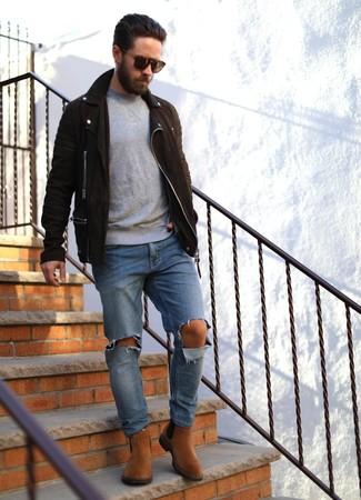 Wie kombinieren: dunkelbraune Wildleder Bikerjacke, grauer Pullover mit einem Rundhalsausschnitt, blaue Jeans mit Destroyed-Effekten, rotbraune Chelsea-Stiefel aus Wildleder
