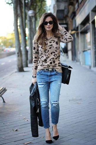 Wie kombinieren: schwarze Leder Bikerjacke, hellbeige Pullover mit einem Rundhalsausschnitt mit Leopardenmuster, blaue Jeans mit Destroyed-Effekten, schwarze Wildleder Pumps